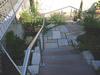 freistehender Handlauf aus Edelstahl auf einer Gartentreppe Blick von oben