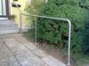 Geländer ohne Füllung oder auch freistehender Handlauf am abschüssigem Hauseingang