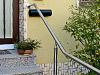 Geländer ohne Füllung oder auch freistehender Handlauf Detail vom Hauseingang
