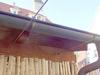 Drahtseile aus Edelstahl zwischen einem Carport und der Hauswand montiert, hier Befestigung am Carport