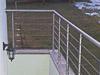 Geländer mit Drahtseilen aus Edelstahl auf einer Brüstung vom Kellerabgang