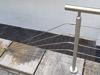 Geländer aus Edelstahl mit 6 Seilen an Kellerabgang mit einer Seilbefestigung schräg auf der Brüstung