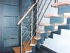 Treppengleänder aus Edelstahl mit Querstreben und einem Holzhandlauf - Ansicht Geländeranfang