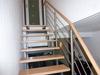 Treppengleänder aus Edelstahl mit Querstreben und einem Holzhandlauf - Geländeransicht nach oben