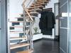 Treppengleänder aus Edelstahl mit Querstreben und einem Holzhandlauf - Geländeransicht von Eingangstür aus