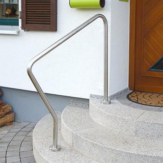 freistehender gebogener Handlauf auf einer runden Eingangstreppe