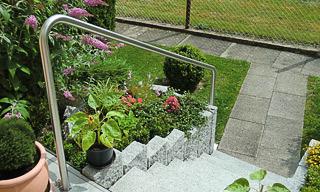 Außentreppe in den Garten mit Handlauf freistehend in einem Stück gebogen