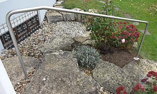 Gartentreppe, geeignetete Befestigung für freistehende gebogene Handläufe ist das Einbetonieren