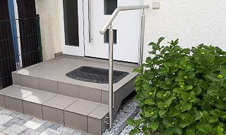 Außentreppe mit Handlauf freistehend mit Unterstützungspfosten in seitlicher Montage