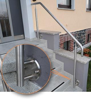 freistehender Handlauf in seitlicher Montage an einer Eingangstreppe, mit Edelstahlronde montiert