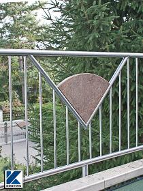 Körting Geländer aus Edelstahl für Balkon mit senkrechten Stäben und Zierplatten aus Granit