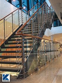 Körting Edelstahl - Geländer mit Holzhandlauf und großflächiger Glasfüllung