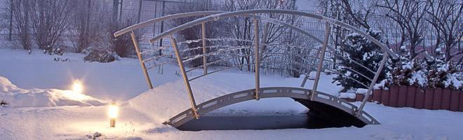 Körting Geländer aus Edelstahl - Referenzbildersammlung  - Edelstahl Gartenbrücke mit Edelstahlgeländer und Gartenleuchten aus Edelstahl