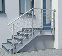 Treppengeländer aus Edelstahl für Aussentreppe mit Querstreben, einmal gebogen