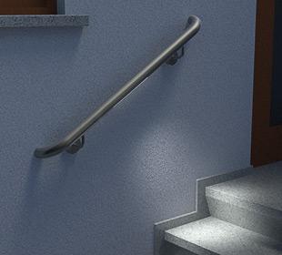 Treppenhandläufe aus Edelstahl, gerade, mit stabilen angeschweißten Haltern und LED-Modul bei Nacht
